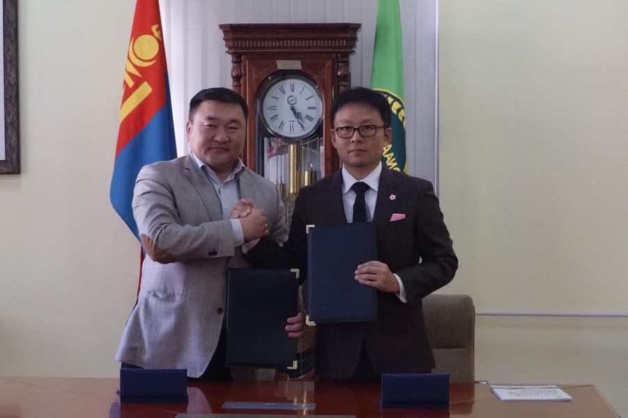 Kheruuga Tumurbaatar学長(左)と此下竜矢取締役