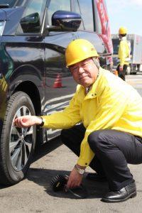 タイヤの点検を行う池田会長