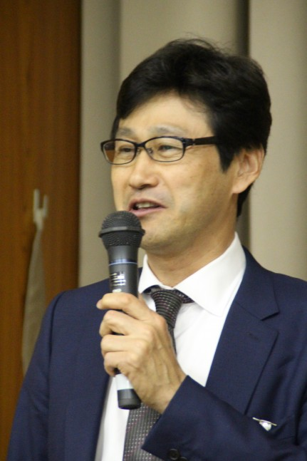 あいさつする堀田新会長
