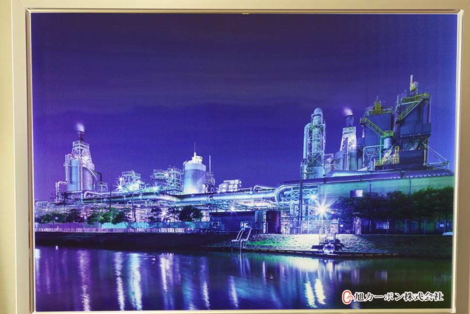 本社ロビーに展示された工場夜景写真