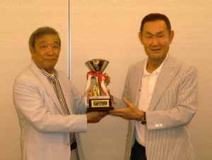 右・優勝の祖父江一郎氏、左・ニシヤマの矢島友雄氏