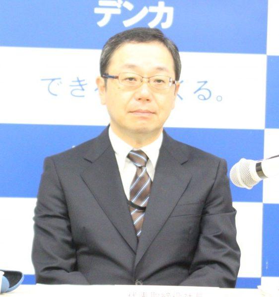 記者会見する山本社長