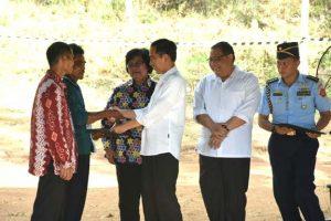 ジョコ大統領から住民グループ代表者へ国有林使用許可証が贈呈された
