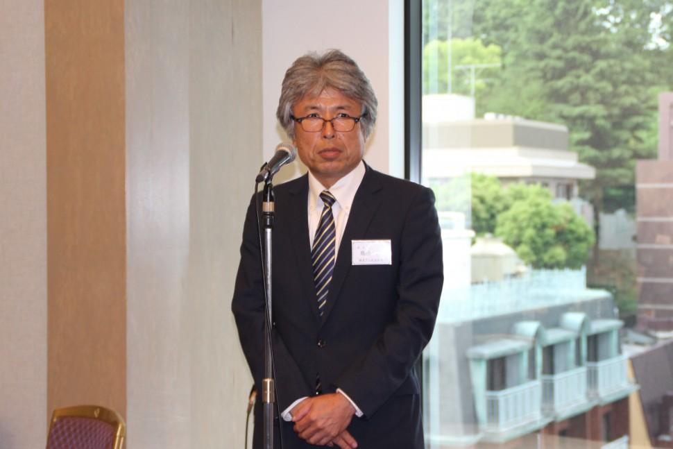 懇親会の冒頭、あいさつする島田淳新会長