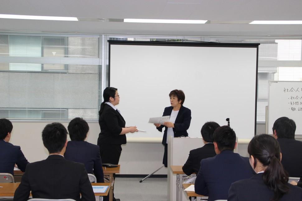 上司への報告の仕方を学ぶ参加者