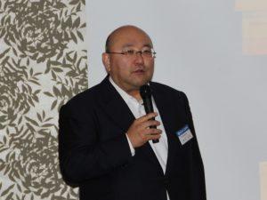 16年度概況や経営ビジョンを説明する西山社長