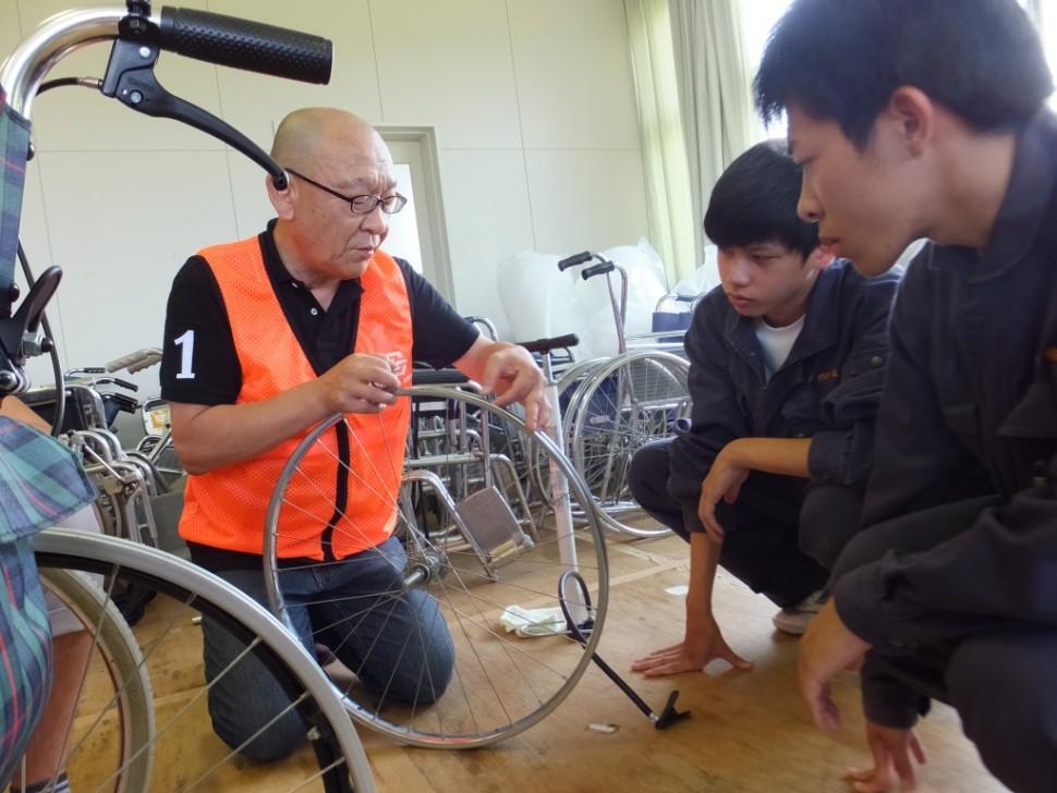 車イスドクターズのメンバー(左)から指導を受ける高校生