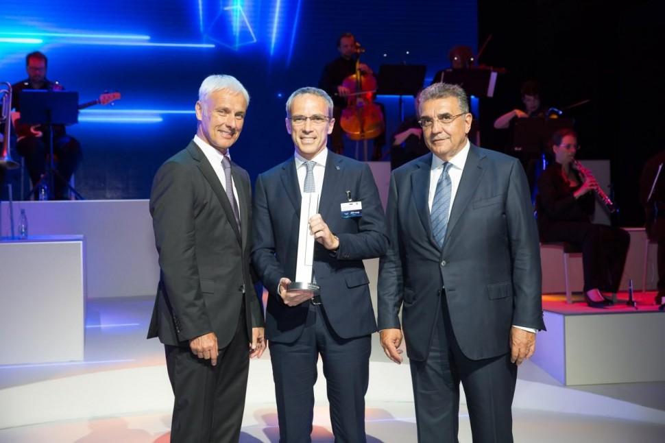 VW社のミュラーCEO(左)とBSEMEAのフェラーリCEO兼プレジデント(中央)