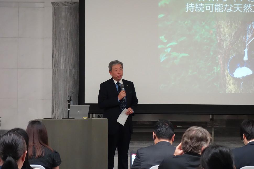 あいさつするWWFジャパンの筒井隆司事務局長