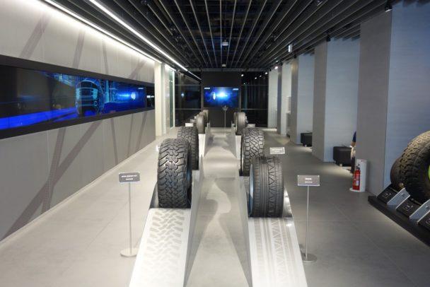 タイヤや展示・映像放映スペースが設けられた1階エントランス