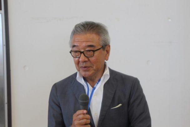 あいさつする冨田理事長