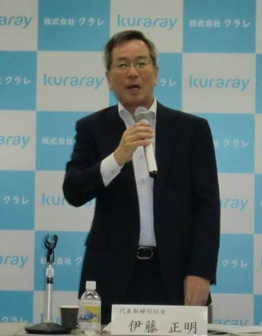 記者会見する伊藤正明社長