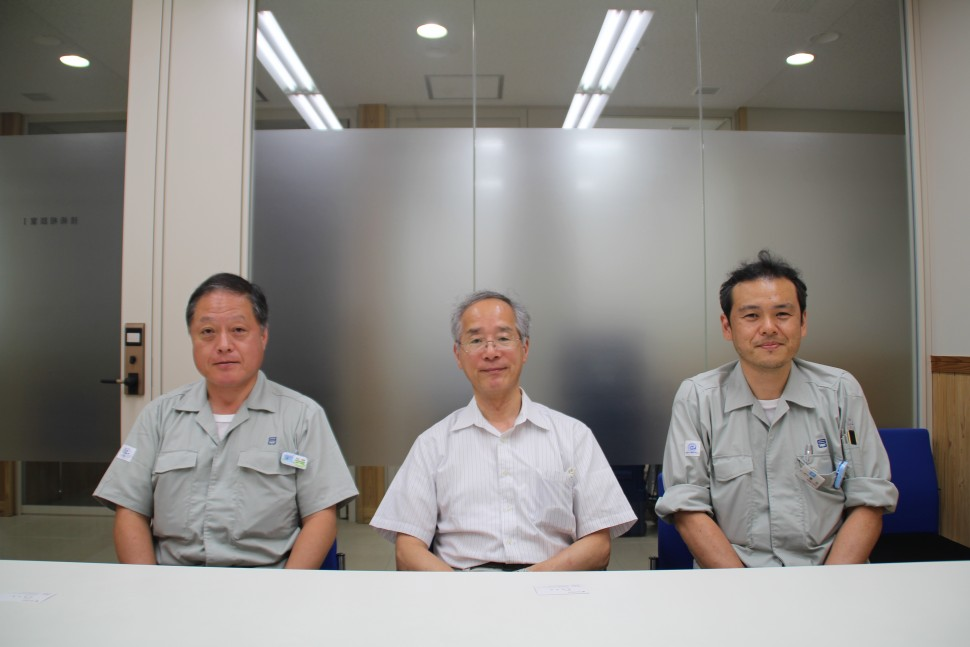 左から長谷朝博材料・分析技術部化学材料グループ上席研究員、福地雄介技術参与、兼吉高宏生産技術部金属・加工グループ主任研究員