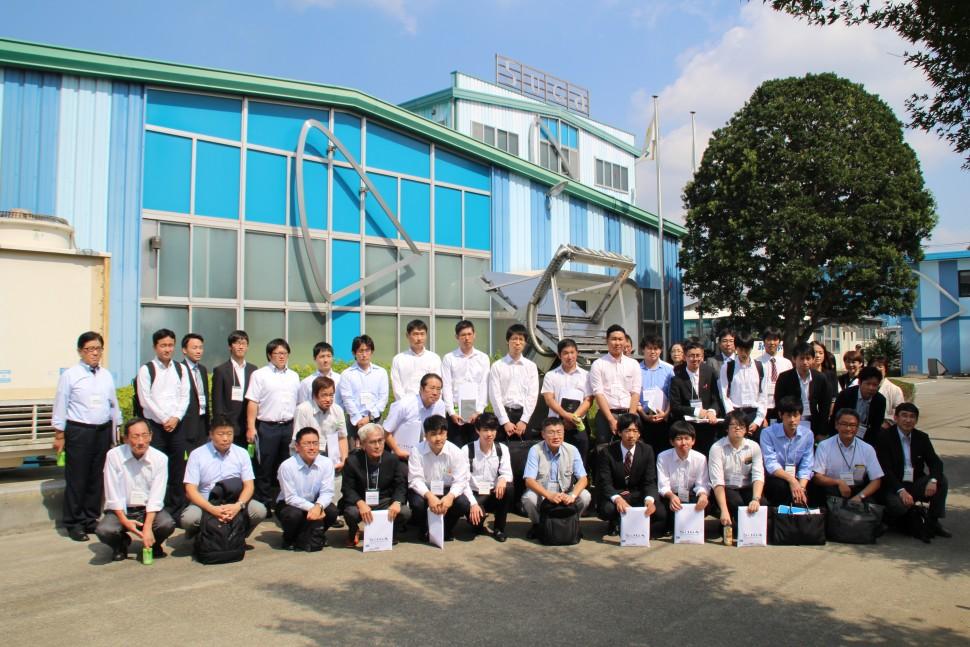 スガ試験機日高川越工場での集合写真