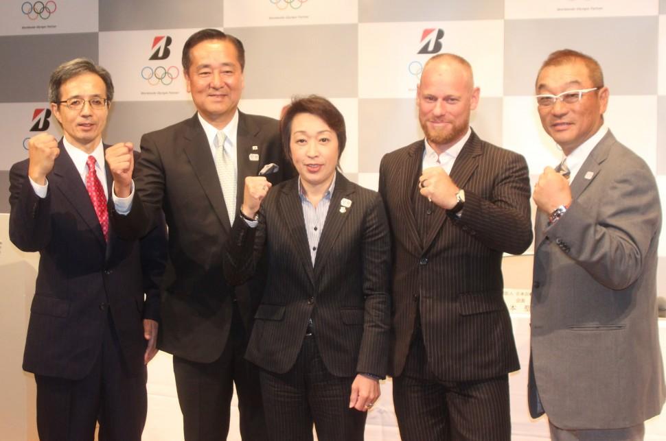 橋本会長を中心に撮影に応じる関係者