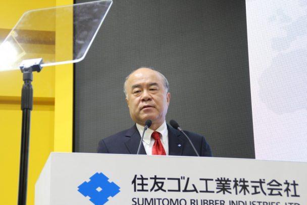 「スマートタイヤコンセプト」を説明する池田社長