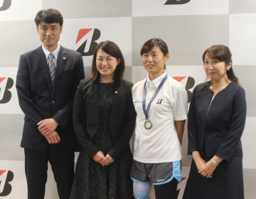 フォトセッションに応じる(左から)渋谷課長、鳥山課長、秦選手、小平主任部員