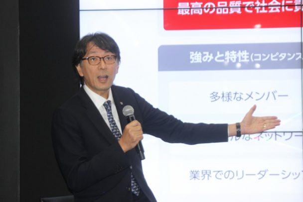 プロジェクト「KONNECT50」を説明する高木常務執行役員