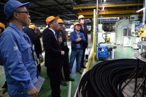 高圧ホース製造ラインを視察する共翔会の人たち