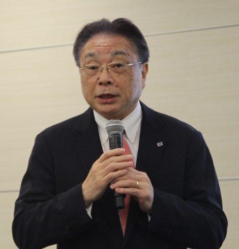 記者会見する津谷正明CEO