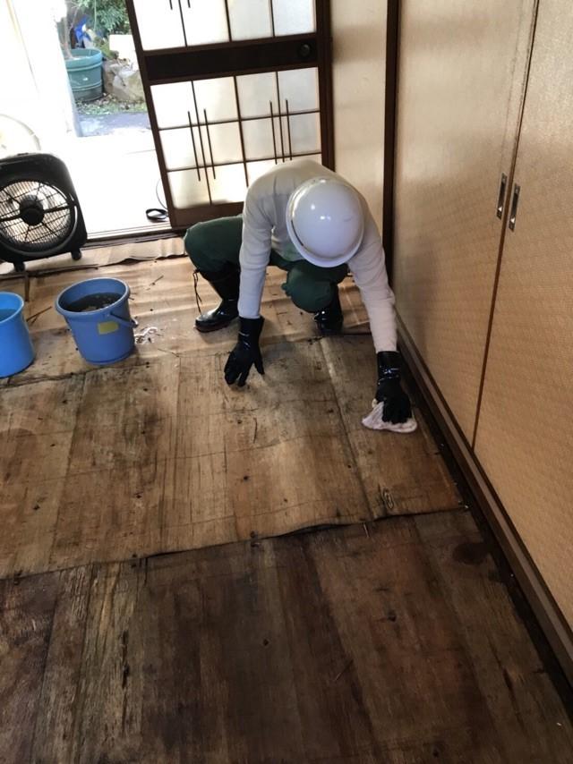 被災した家屋での作業にあたる三重工場従業員
