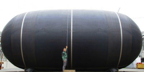 「シーフレックス」ブランドのマリンホースについては、海洋製品の生産を行う横浜工業品製造インドネシアが、原油・石油製品の海上移送に使用するに関し、石油会社国際海事評議会(OCIMF)が制定する「GMPHOM2009」の型式認証を全モデルで取得し、昨年11月から出荷を開始した。   この型式認証は、すでに日本の平塚製造所、イタリアのヨコハマ工業品イタリアで取得しており、横浜工業品製造インドネシアが認証を取得したことで、横浜ゴム海洋商品の全生産拠点で国際型式認証を取得したことになる。  横浜工業品製造インドネシアは、バタム島東部のカビル工業団地にある海洋商品の工場で、マリンホース・空気式防舷材を生産している。横浜ゴムは、海洋商品市場で世界トップクラスのメーカーの1社である。