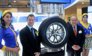 フォトセッションに応じる金原社長(中央右)とグッドイヤーのジェナー・パウエル・アジア地区消費財タイヤプロダクトディレクター