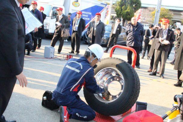 参加者は燃費公開テスト終了後、作業標準の実演を見学した