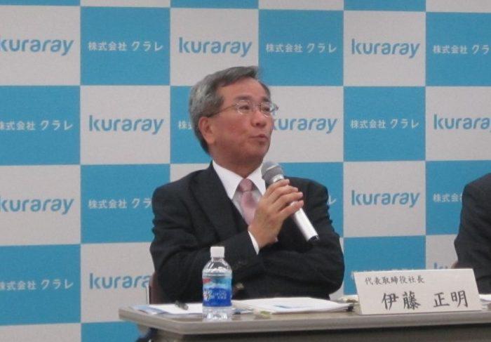 記者会見する伊藤社長
