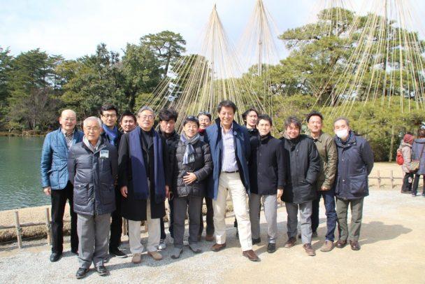 兼六園の中心部である霞ヶ池(かすみがいけ)を前に参加者全員で集合写真