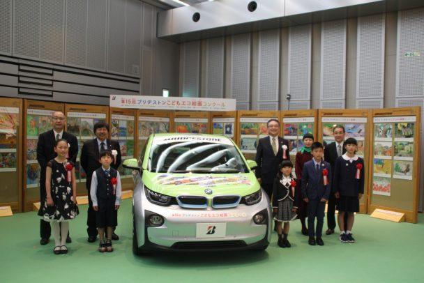入賞作品をデザインした電気自動車「BMWi3」で記念撮影