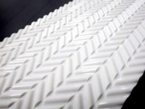 昨年9月に発売した白色の高性能傾斜ベルト