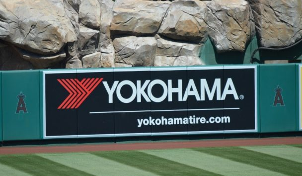 エンゼル・スタジアムに掲出された「YOKOHAMA」の看板