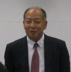 記者会見する平野勇人社長