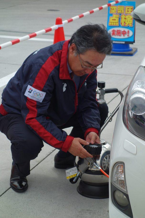 空気圧を測定する清水専務