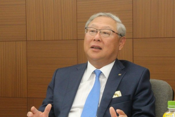 「V2020」フェーズ3について説明する新田社長