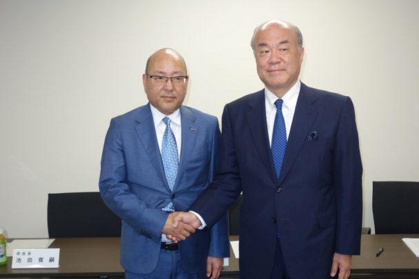 新会長の清水東洋ゴム社長(左)と池田育嗣前会長(右)