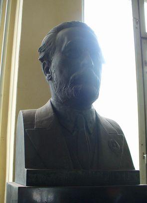 合成ゴムの開発者の銅像