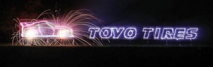 昨年行なわれた「第37回いたみ花火大会」での東洋ゴムロゴ花火の様子
