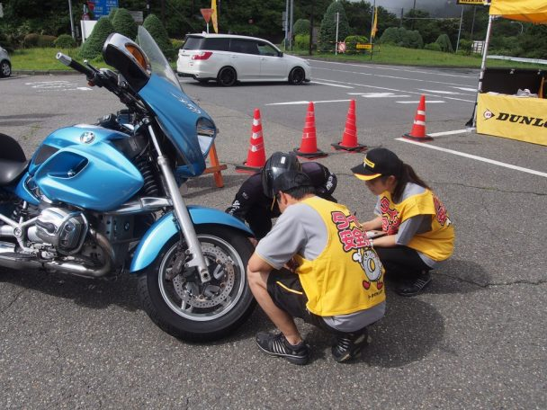 タイヤ点検活動の様子(2017年実施時)