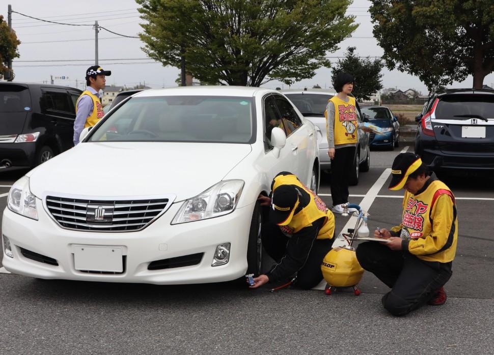2018年4月のタイヤ点検活動の様子(まちの駅・道の駅アグリパークゆめすぎと)