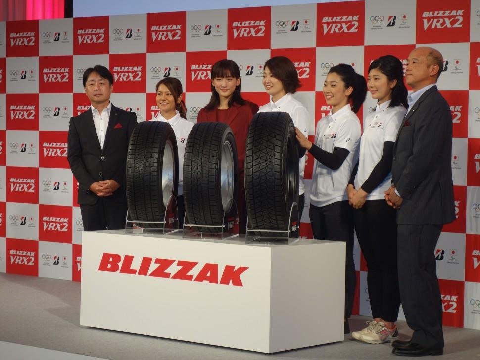 左から長島常務、宮里藍さん、綾瀬はるかさん、右端が坂野常務