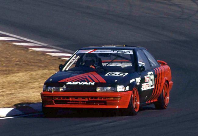 全日本ツーリングカー選手権に参戦した「ADVAN」カラーのトヨタ・カローラレビン(AE92型)(1991年)