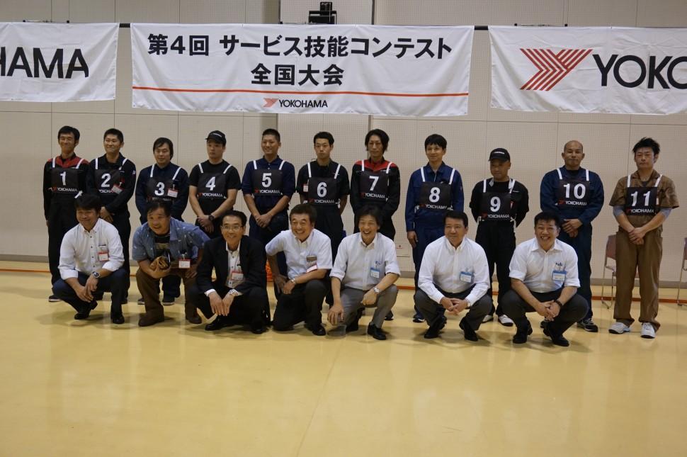 選手と関係者による集合写真