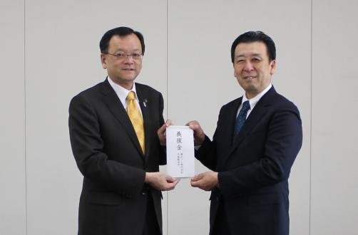 落合克宏平塚市長(写真左)と横浜ゴム塚田修一平塚製造所長