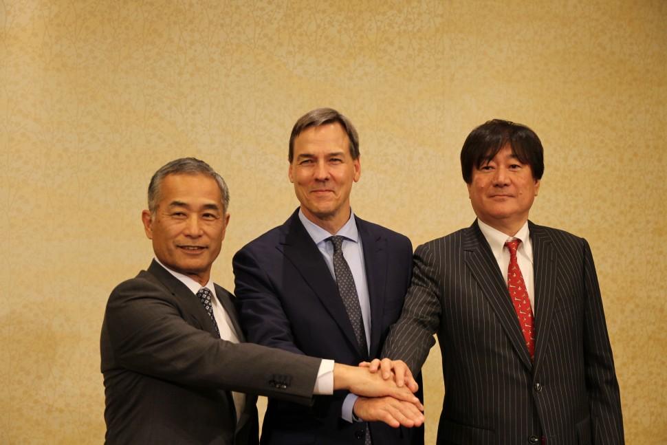 左から小柴社長、ジョンソン常務、川橋専務
