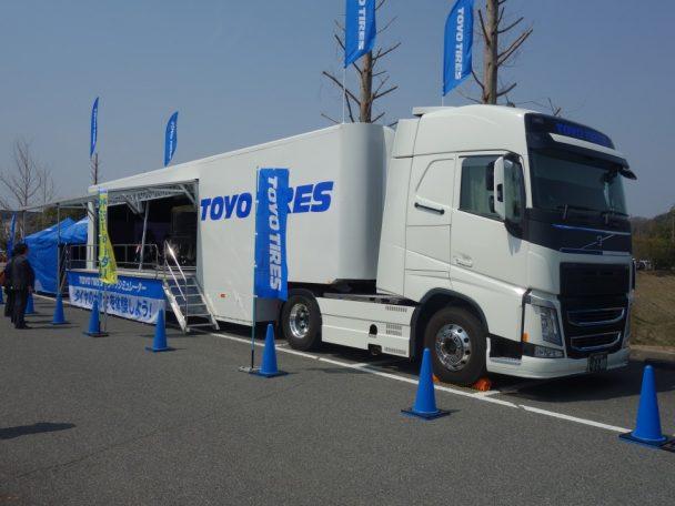 ドライブシミュレーターは大型のトレーラーに設置されている