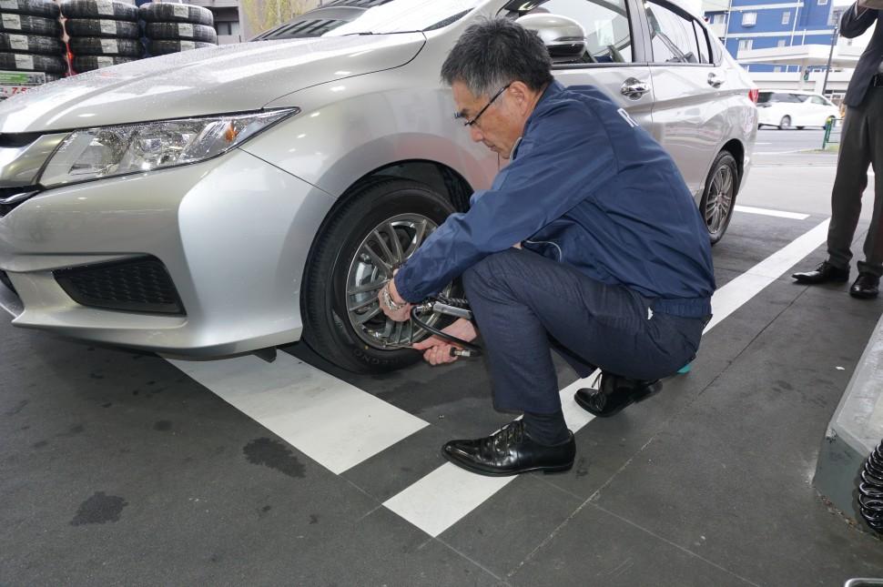 空気圧を測定する磯部常務
