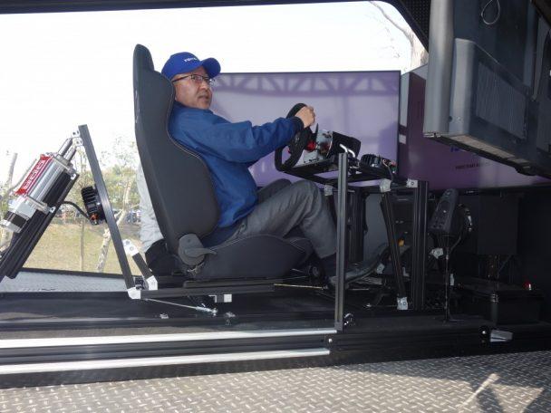 ドライブシミュレーターに搭乗する清水社長