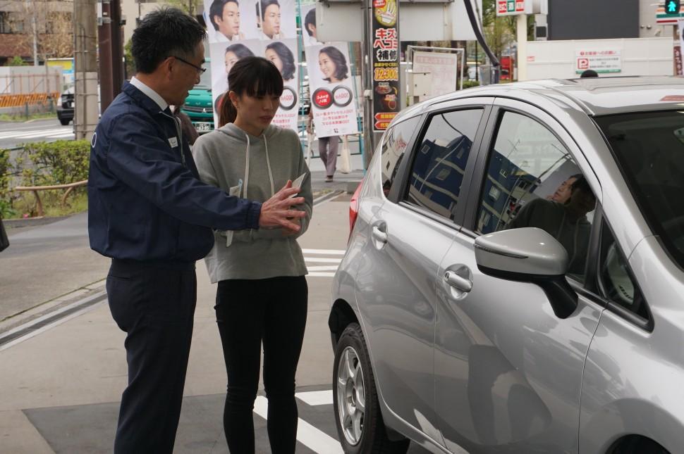 ドライバーにタイヤ点検の重要性を説明する磯部常務